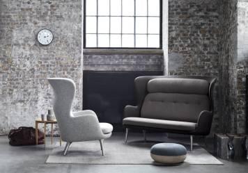 Parier-sur-des-assises-design-dans-un-petit-salon