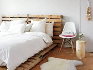 Des-palettes-en-bois-en-guise-de-tete-de-lit