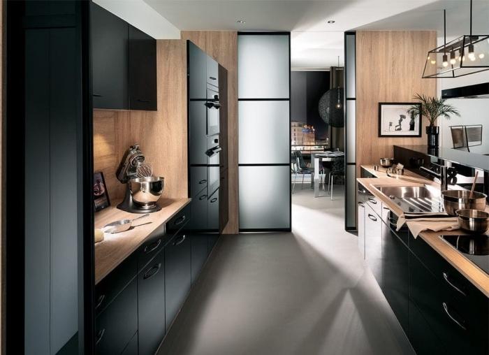 cloison-intérieur-verre-matte-peinture-blanc-noir-cadre-photo-noir-ustensiles-cuisine-noire-et-bois-ilot-central-aménagement-en-longueur