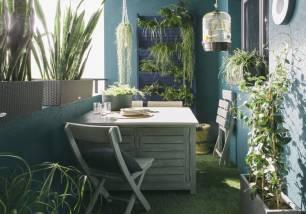 Adopter-des-couleurs-tendance-bleu-et-vert-pour-un-petit-balcon-dans-l-air-du-temps
