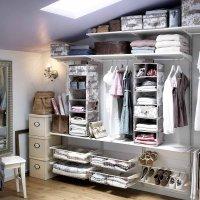 Dressing ouvert : la tendance des vêtements qui sortent du placard !