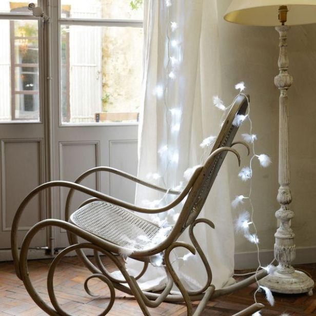 fauteuil-a-bascule-guirlande-lumineuse-a-plumes-blanches-lampadaire_5755317