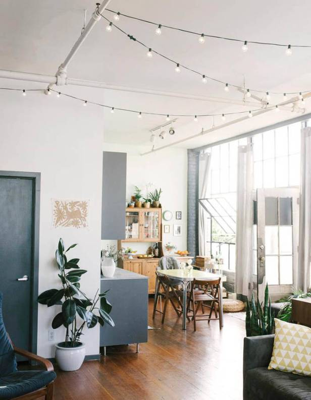 Une-guirlande-lumineuse-suspendue-au-plafond-facon-guinguette